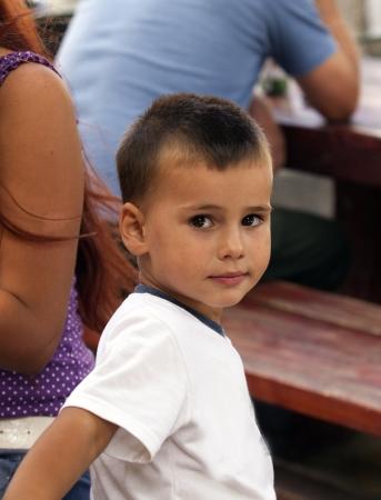 enfant qui joue: enfant jouant Banque d'images
