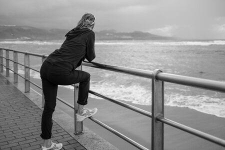 woman watching the ocean Lizenzfreie Bilder