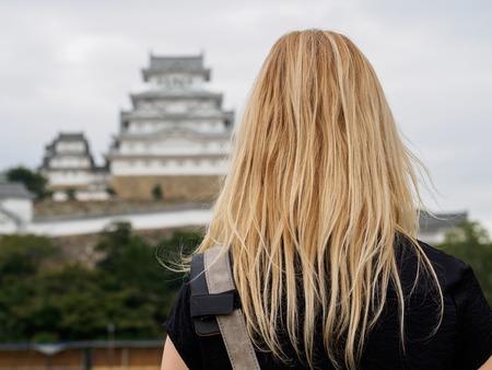 blonde girl in front of Himeji castle Lizenzfreie Bilder