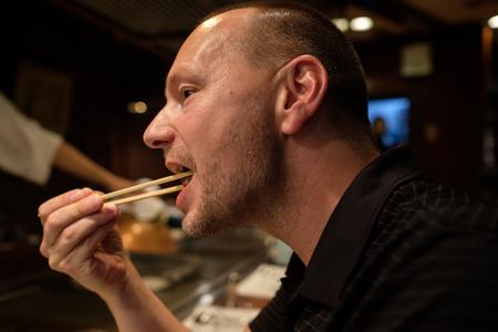Kaukasischen Mann isst Kobe Rindfleisch Lizenzfreie Bilder