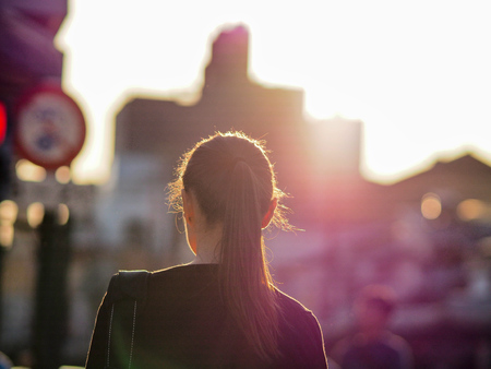Zurück von japanischen Business-Mädchen im Sonnenuntergang Standard-Bild - 83485405