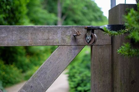 Riemenscheibe am Eingang des Gartens