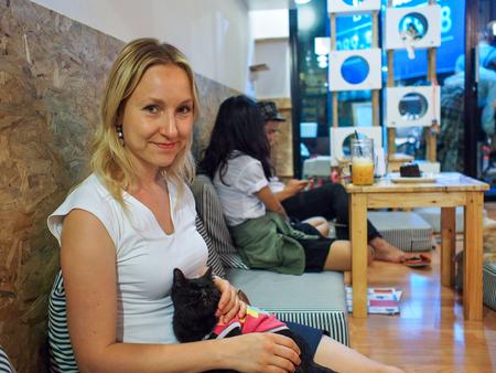 猫カフェの女の子 写真素材