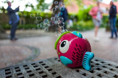 ein Spielzeugfisch und Seifenblasen Lizenzfreie Bilder