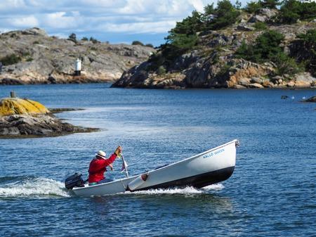 Vrango, Schweden - 8. August: Nicht identifizierter Mann fährt Boot am 8. August 2016 in Vrango, Schweden.