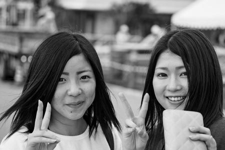 Ishikawa, Japan - 17. November: Zwei junge japanische Mädchen lächeln an der Kamera am 17. November 2015 in Ishikawa, Japan.