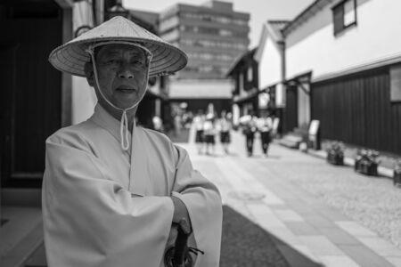 Nagasaki, Japan - 18. Mai: Nicht identifizierter Mann in der traditionellen Kleidung wirft für die Kamera in Dejima-Bezirk am 18. Mai 2017 in Nagasaki, Japan auf.