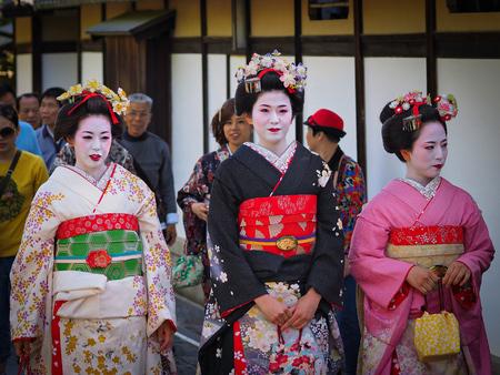 Kyoto, Japan - 10. Mai: Geisha lächelt an Kamera in berühmten Gion Geisha Bezirk am 10. Mai 2014 in Kyoto, Japan.