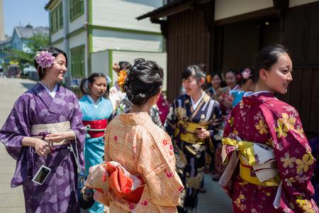 Nagasaki, Japan - 18. Mai: Nicht identifiziertes Schulmädchen s in der traditionellen Kleidung haben Spaß in Dejima am 18. Mai 2017 in Nagasaki, Japan.