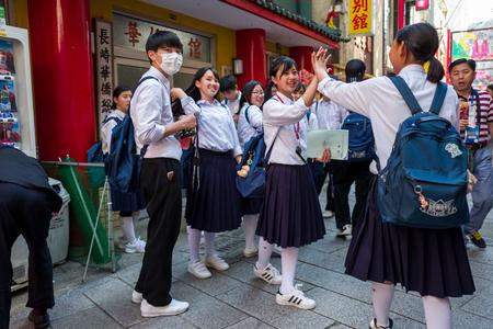 Nagasaki, Japan - 18. Mai: Nicht identifizierte Studenten in den Schuluniformen haben Spaß in China-Stadt am 18. Mai 2017 in Nagasaki, Japan. Standard-Bild - 89297224