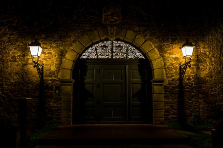 Old door at night Standard-Bild