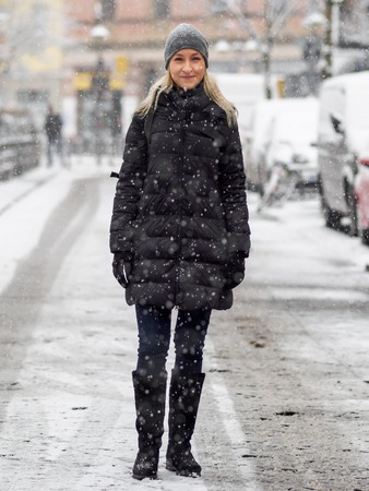 Blonde girl in the snow Standard-Bild