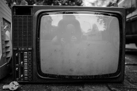 Gebrochener Vintage Fernseher Standard-Bild - 91379274