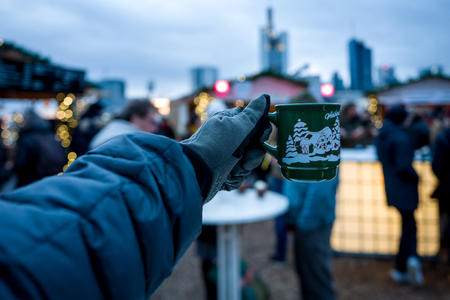 Frankfurt Christmas Market with spiced wine cup and Skyline in background. Standard-Bild - 91588349