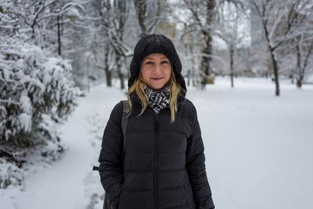 Blondes Mädchen , das in der schneebedeckten Landschaft lächelt Standard-Bild - 91751372