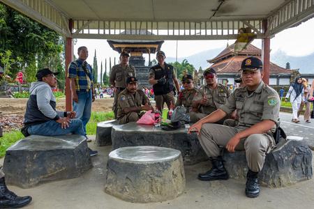 Bali, Indonesia - March 30, 2018: Police Officers at Pura Ulun Danu Beratan Bedugul Temple. Standard-Bild - 104685252