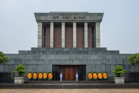 Hanoi, Vietnam - April 18, 2018: Guards standing in front of the Ho Chi Minh Mausuleum in Hanoi, Vietnam. Standard-Bild - 104685428