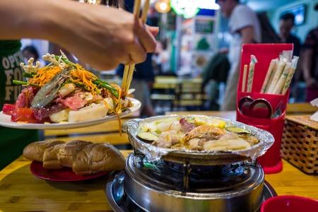 Seafood in Hanoi Bia Hoi corner in Vietnam Banco de Imagens - 100628621