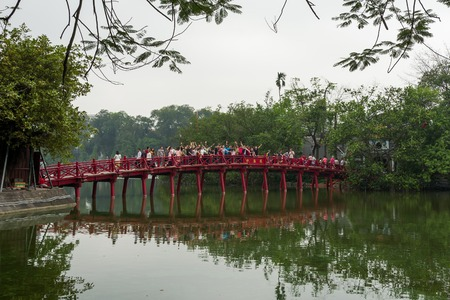 Hanoi, Vietnam - April 13, 2018: People cheer on the Cau The Huc red bridge in Hanoi, Vietnam. Standard-Bild - 104685432