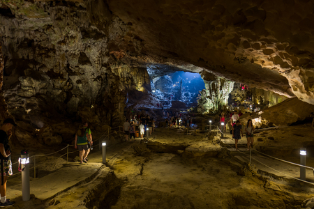 Halong Bay, Vietnam - April 26, 2018: Tourists explore the Hang Sung cave in the Halong Bay. Standard-Bild - 104685478