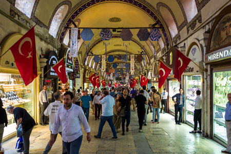 Istanbul, Turkey - May 20, 2018: People rush trough crowded Bazar. Standard-Bild - 104687721