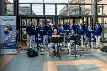 Wilhelmshaven, Germany - May 12, 2018: The Chanty chor performs songs in the Nordseepassage. Standard-Bild - 104687722