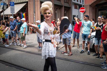 Frankfurt, Duitsland-20 juli 2019: mensen vieren feest op de Christopher Street Day in Frankfurt.