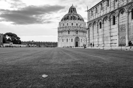 A Corona mask in front of the cathedral and baptistery in Pisa Standard-Bild