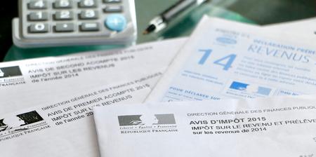 Formularios de impuestos fritas en una mesa con una cacerola y una calculadora Foto de archivo - 53340593