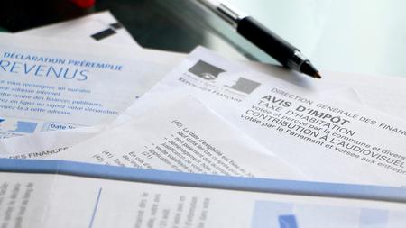 Les formulaires d'impôt français sur un bureau avec une casserole et une calculatrice Banque d'images - 53340595