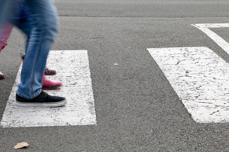 paso de peatones: En la calle, los ni�os que cruzan un paso de peatones