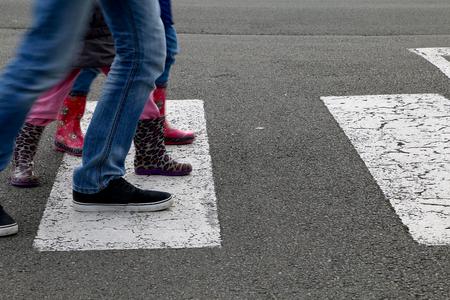 paso de peatones: En la calle, los niños que cruzan un paso de peatones