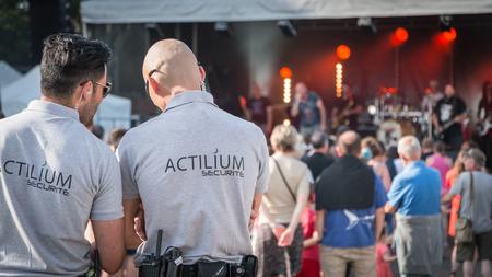 """Saint-Gilles-Croix-de-Vie, Frankrijk - 7 juli 2016: Gratis openlucht concert georganiseerd door de stad voor toeristen voor """"Musicales du Pays de Saint-Gilles"""". Hier speelt de Chameleons groep (The Chameleons). Redactioneel"""