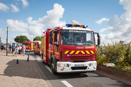 Saint Gilles Croix de Vie, Francia - 14 de julio, 2016: bomberos desfile con motivo del Día Nacional de Francia Foto de archivo - 59448882