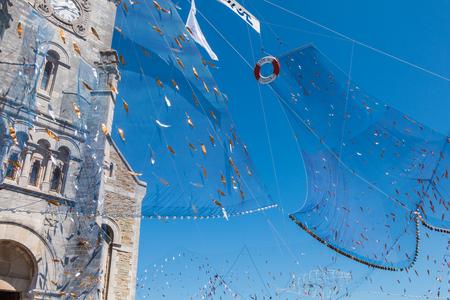 """Saint Gilles Croix de Vie, France - 07 Août, 2016: résille accueillant face tendue d'une église à l'occasion de la fête du poisson """"La fte du poisson"""""""