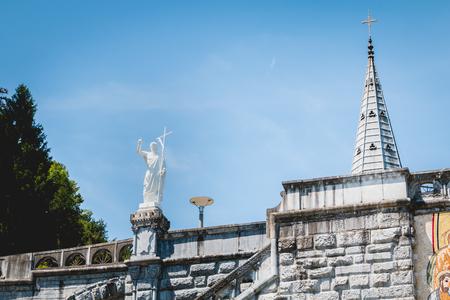 templo romano: Detalle de la arquitectura de la basílica del santuario de Lourdes, Francia