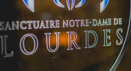 Lourdes, FRANCE, 22 juin 2017 - Gros plan sur les machines permettant aux touristes d'acheter des médailles souvenirs du sanctuaire de Lourdes, en France Banque d'images - 81902403
