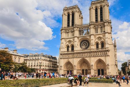 Parijs, Frankrijk - 11 juli 2017: toeristen een rij vormen om de kathedraal van de Notre Dame in Parijs, Frankrijk in te voeren Redactioneel