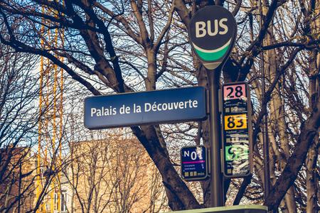 PARIS, FRANCE - 07 octobre 2017: panneau de la gare routière Palais de la découverte (Palais de la découverte) dans le 8ème arrondissement de Paris, France