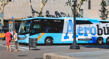 Barcelone, Espagne - 10 juin 2017 : navettes d'aéroport Aerobus garées à leur terminal sur la Placa de Catalunya en été