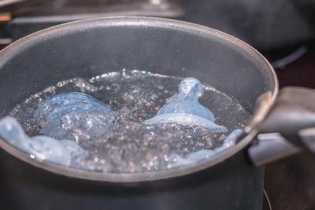 Baby Schnuller Sterilisation in kochendem Wasser Casserol