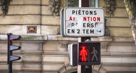 Paris, France - October 7, 2017: on a tricolor traffic light, a sign indicates in French to pedestrians to cross in two stages Foto de archivo - 128464601