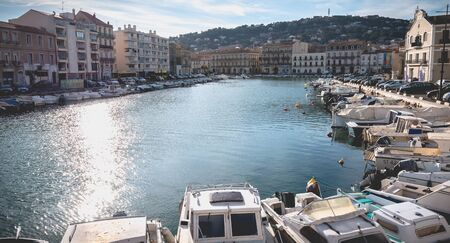 Sete, France - January 4, 2019: view of the marina in the city center where pleasure boats are parked on a winter day Foto de archivo - 128464676