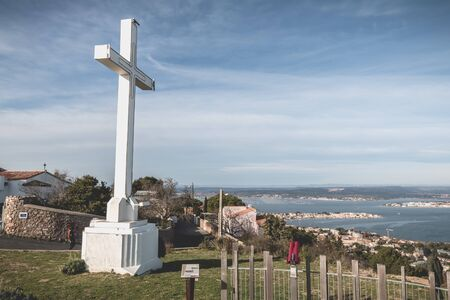 Sete, France - January 4, 2019: Architectural detail of the cross of Mont Saint Clair overlooking the town of Sete on a winter day Foto de archivo - 128464688