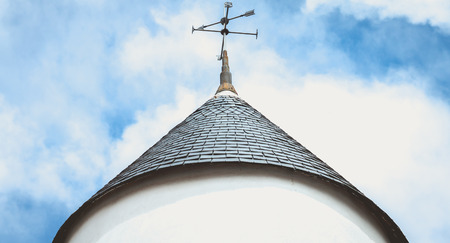 Wetterfahne auf dem Dach einer Windmühle auf der Insel Noirmoutier, Frankreich Standard-Bild