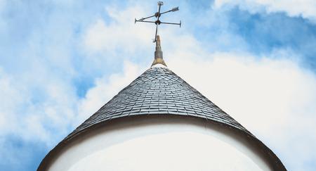 windwijzer op het dak van een windmolen op het eiland Noirmoutier, Frankrijk Stockfoto