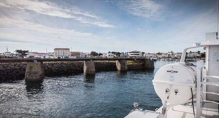 Ile d'Yeu, France - 16 septembre 2018 : Vue sur le pont d'un ferry qui entre dans le port de l'île d'Yeu où les voyageurs sont assis pour admirer le spectacle un jour d'été