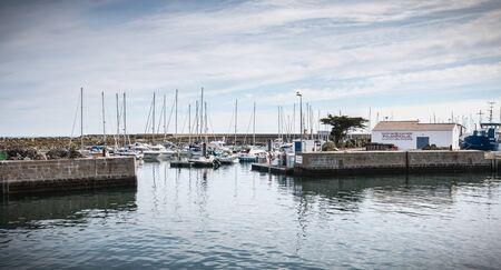 Ile d'Yeu, France - 16 septembre 2018 : Vue sur le pont d'un ferry qui entre dans le port de l'île d'Yeu où les voyageurs sont assis pour admirer le spectacle un jour d'été Éditoriale