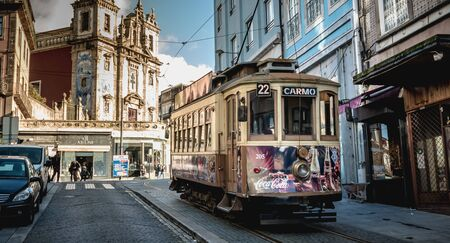 Porto, Portugal - 30. November 2018: Traditionelle elektrische Straßenbahn, die an einem Herbsttag durch die Straßen der Stadt fließt?