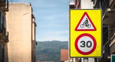 Panneau routier attention à l'interdiction de faire du vélo à plus de 30 km/h en Espagne